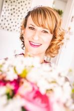 An diesem besonderen Tag muss nicht nur das Kleid umwerfend sein, sondern auch Brautfrisur und Make-up. Lassen Sie uns gemeinsam herausfinden, welcher Look Sie perfekt in Szene setzt, ohne eine Fremde aus Ihnen zu machen. Die Palette ist groß und vielseitig: romantisch, elegant, natürlich, frech oder extravagant. Wir stylen Sie professionell und mit Einfühlungsvermögen.